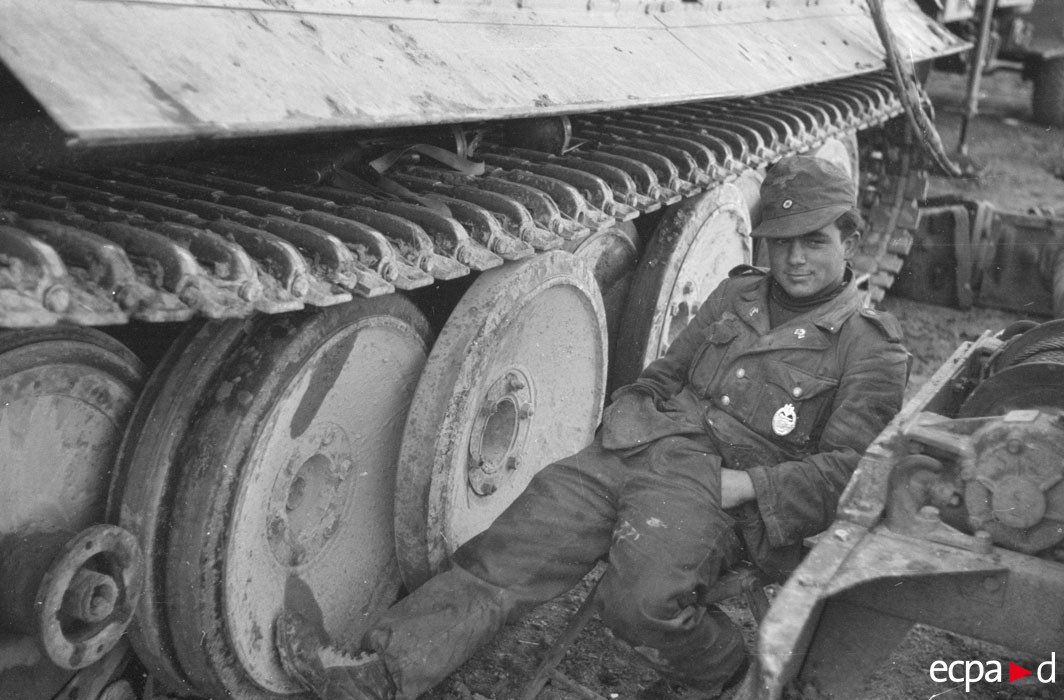 во время замены мотора нач 1943.jpg