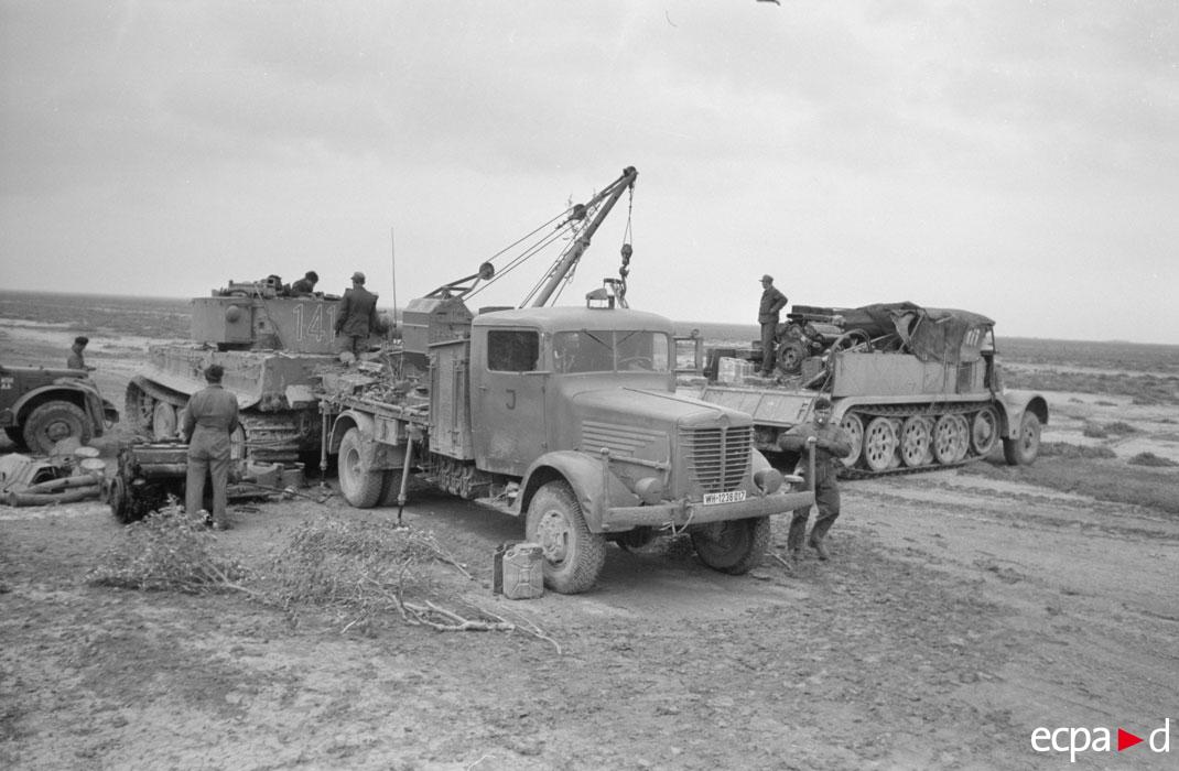механики меняют мотор у тигра нач 1943 2.jpg