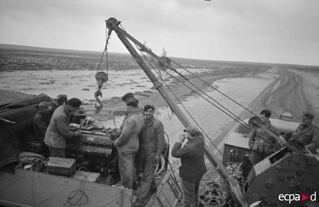 механики меняют мотор у тигра нач 1943 3.jpg