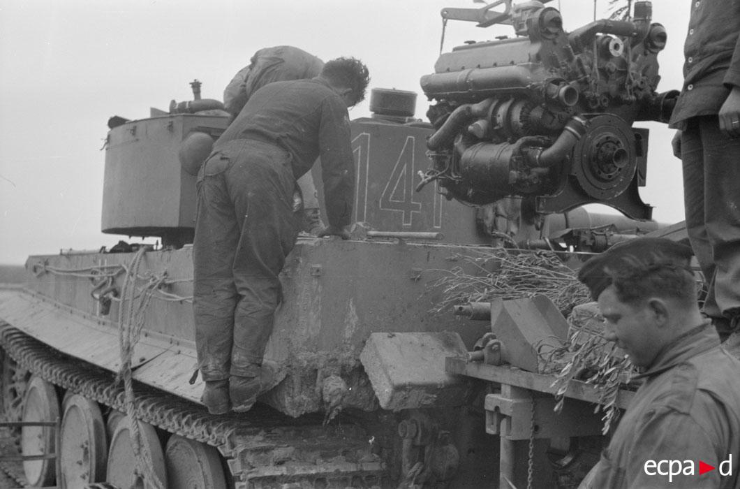 механики меняют мотор у тигра нач 1943.jpg