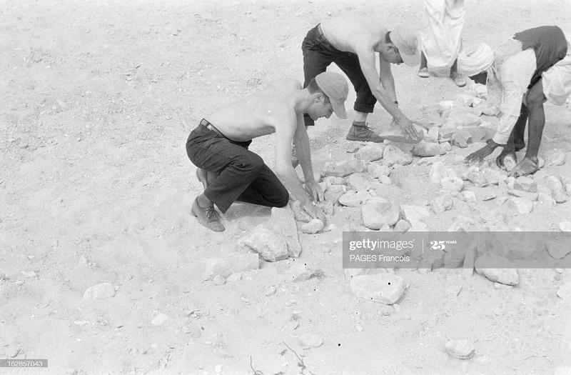 В Тлемсене проверка 17 мая 1956 Ф паж собирают камни.jpg