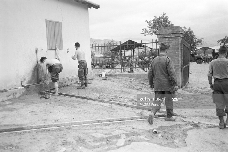 В Тлемсене резервисты 14 июня 1956 Ф Паж туалетт.jpg