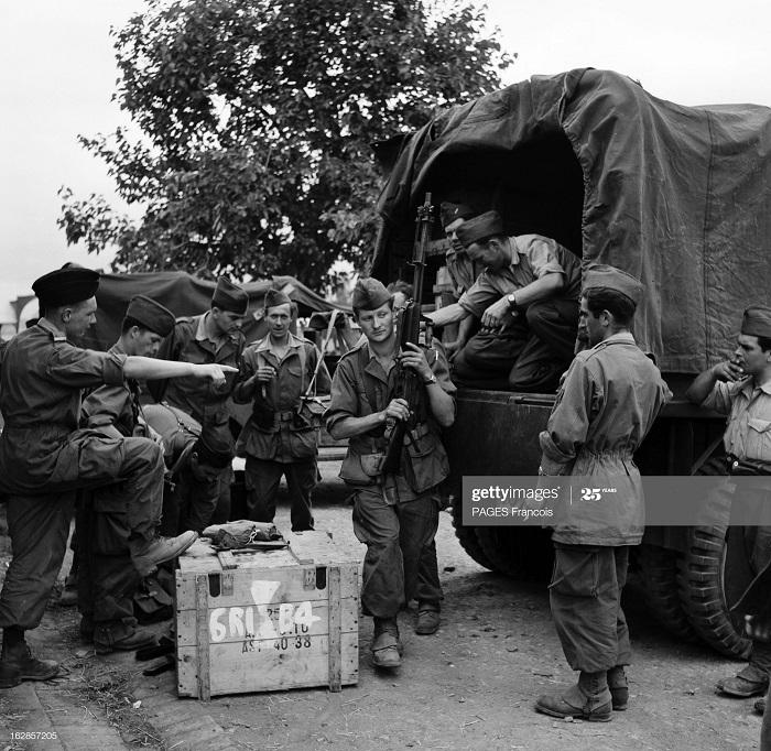 В Тлемсене резервисты раздача оружия 14 июня 1956 Ф Паж.jpg