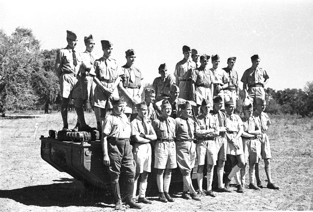 Группа унтеров у джипа амфиб отк 1943.jpg