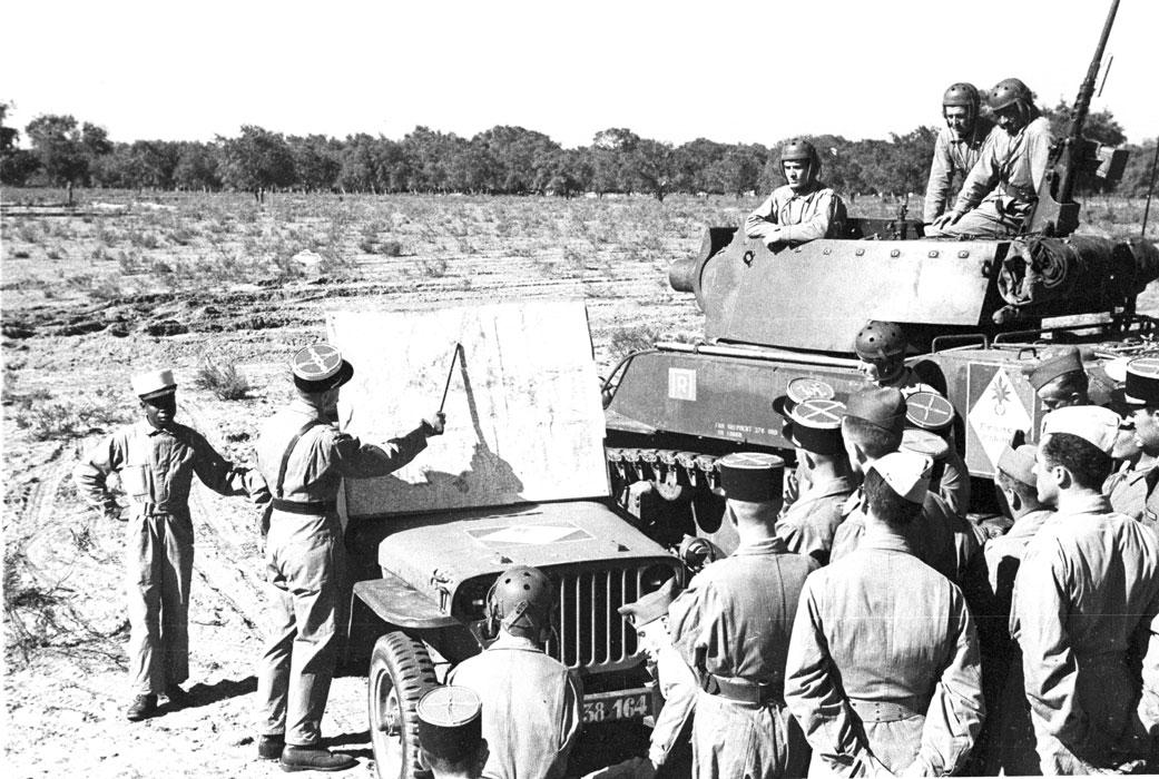 Подполк Микель ком полка объяс маневр офицерам окт 1943.jpg