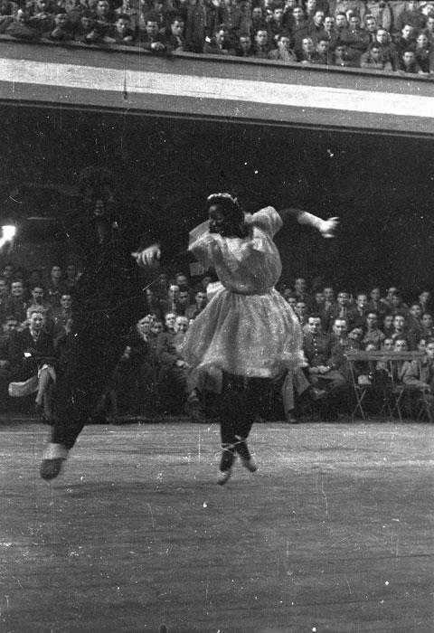 дани робен и Ролан Пти е во время выступ для солдат в соц центре в Шатору март 1945 Филипп Эритье.jpg