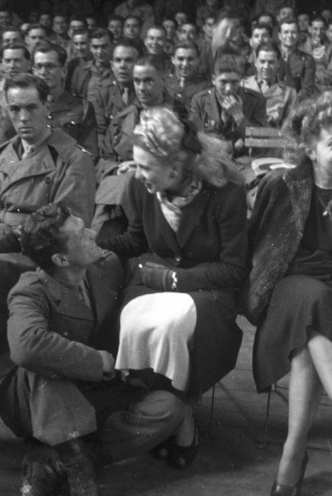 Жан Маре солдат 2 БД и акт Жозетт Дэ во время выступ для солдат в соц центре в Шатору март 1945 Филипп Эритье.jpg