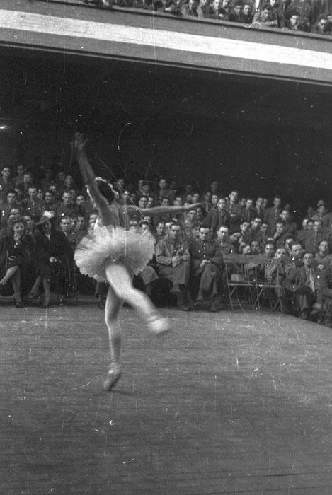 звезда балета Иветт шовире во время выступ для солдат в соц центре в Шатору март 1945 Филипп Эритье.jpg
