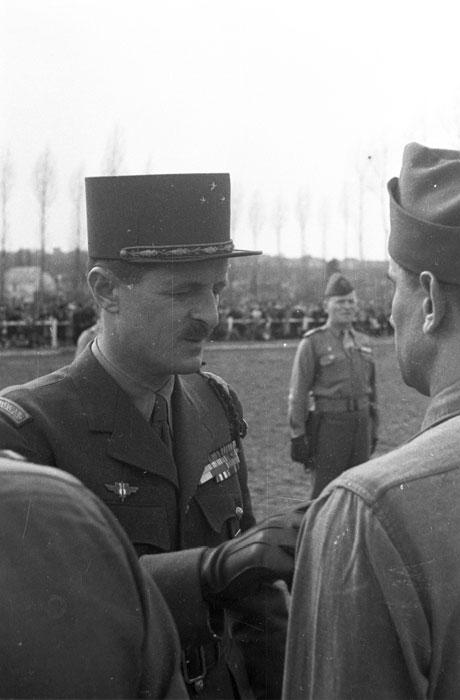Леклерк нагр солдат 24 марта 1945 Филипп Эритье.jpg