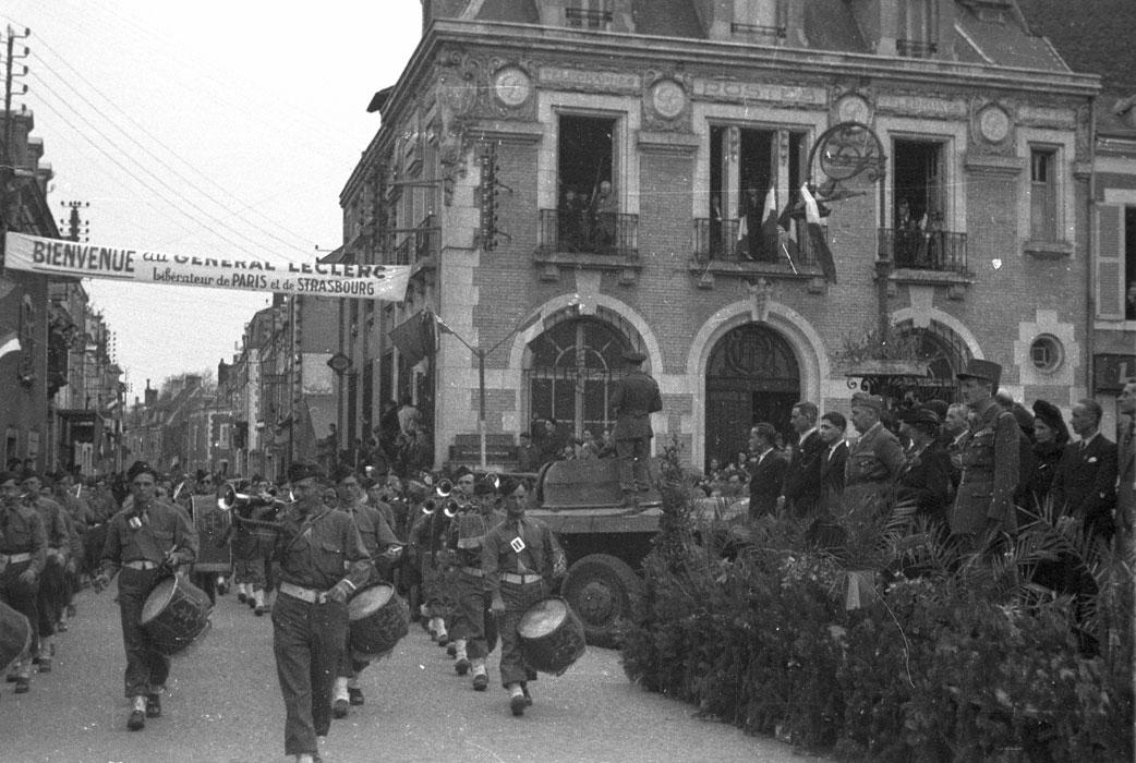 Парад в Аргантон сюр Крез март 1945 филипп Эритье.jpg