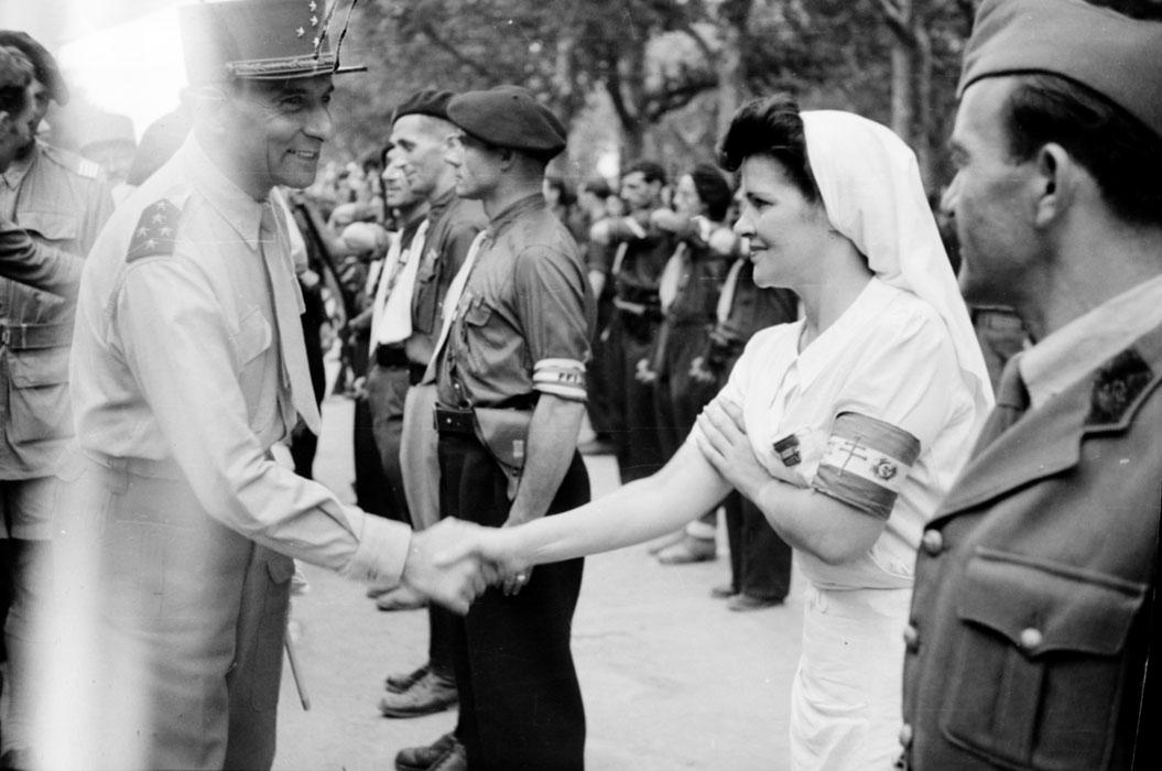 де Латтр прив медсестру ффи авг 1944.jpg
