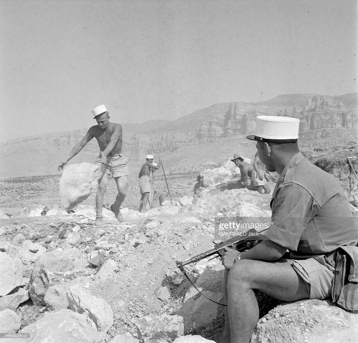 строят новый лагерь 9 июля 1955 Дж гарафало 3.jpg