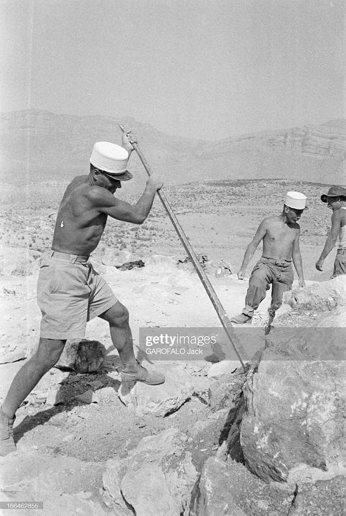 строят новый лагерь 9 июля 1955 Дж гарафало 6.jpg