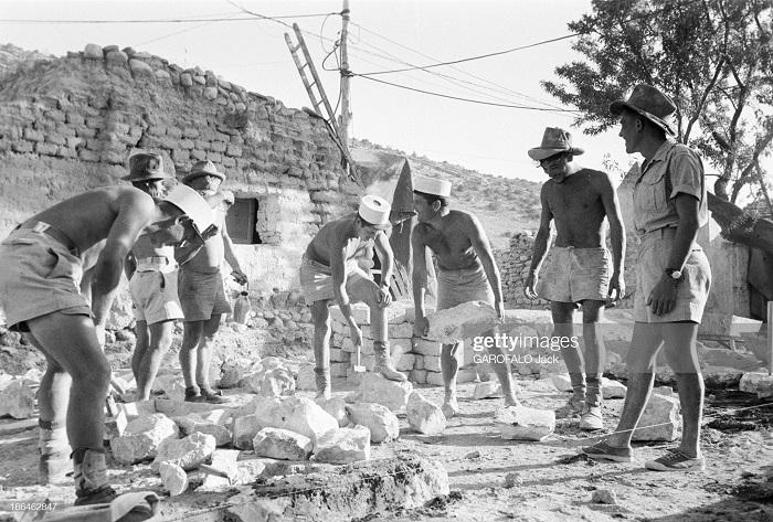 строят новый лагерь 9 июля 1955 Дж гарафало 8.jpg