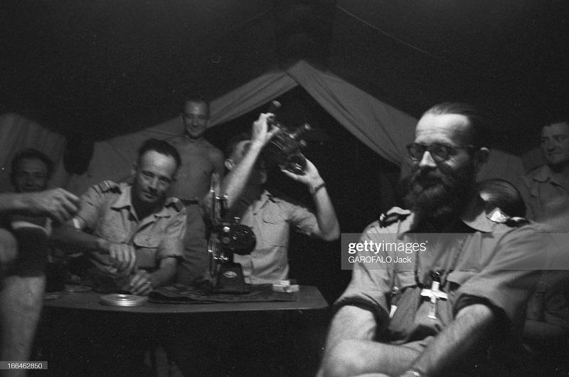 в палатке смотрят фильм 9 июля 1955 дж гарафало 2.jpg