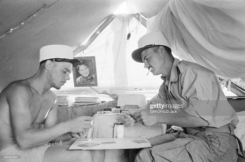 два легионера верн из Индокитая курят и играют в карты 9 июля 1955 дж гарафало.jpg