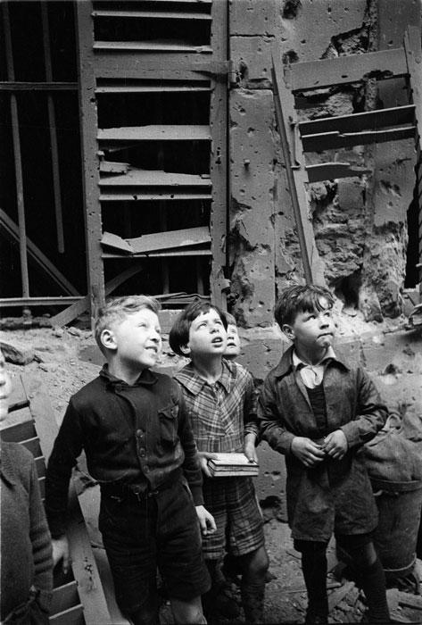 Дети у развалин дома после бомбежки.jpg