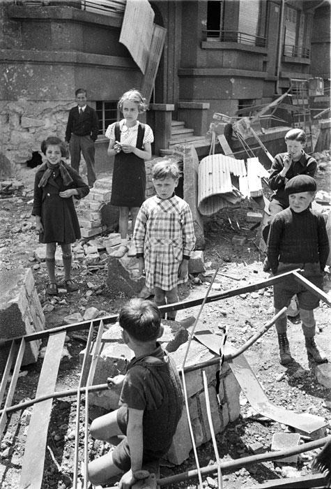 Дети у развалин дома после бомбежки2.jpg