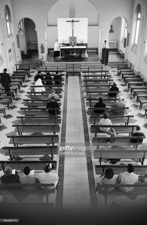 в церкви аббат кармона пропов перед пустыми скамьями 5 дек 1962 дж гарафало 2.jpg
