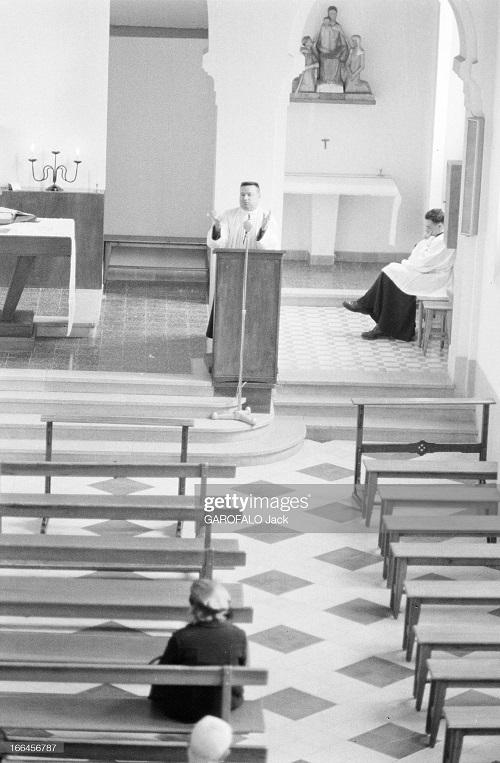 в церкви аббат кармона пропов перед пустыми скамьями 5 дек 1962 дж гарафало.jpg