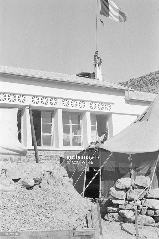 здание с фр флагом 9 июля 1955 дж гарафало.jpg