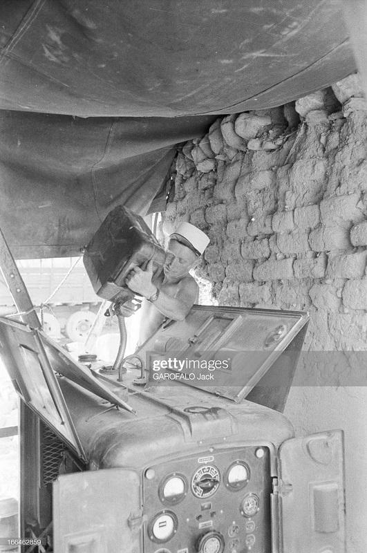 легионер заливает горючее в бак 9 июля 1955 дж гарафало.jpg