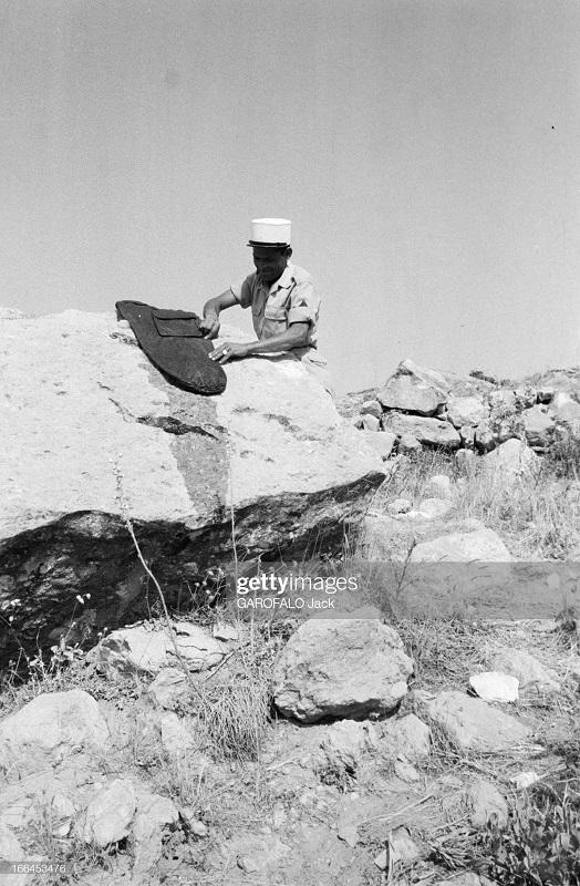 легионер чистит сумку на утесе 9 июля 1955 Дж гарафало.jpg