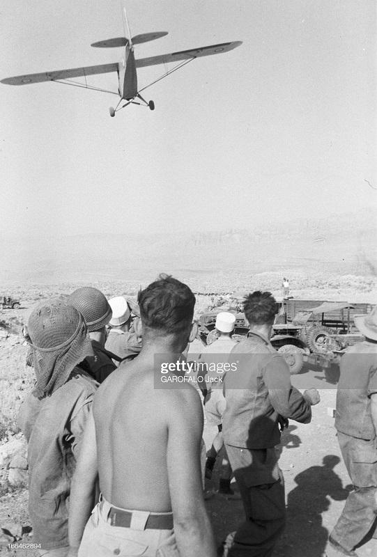 самолет сбрасывает почту 9 июля 1955 дж гарафало.jpg