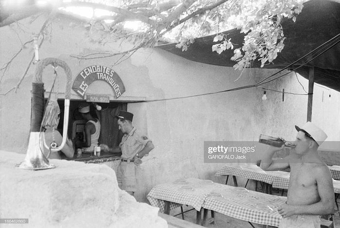 во дворе бара 9 июля 1955дж гарафало.jpg