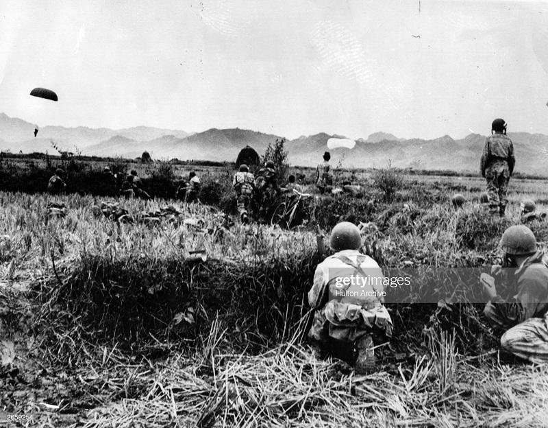 ДБФ парашютисты во время оп Кастор дек 1953.jpg