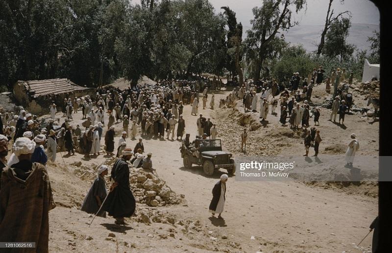 люди на дороге во время землетрясения 1954 Т макэвой.jpg