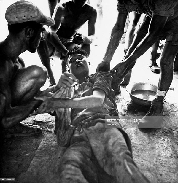 Первая помощь солдату ВМ в Нунг Ене 1954.jpg