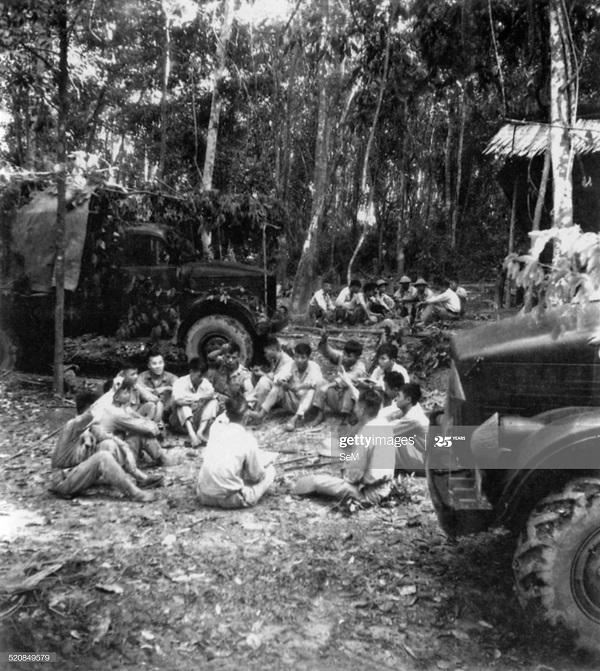 Солдаты ВМ делятся опытом при ДБФ 1954.jpg