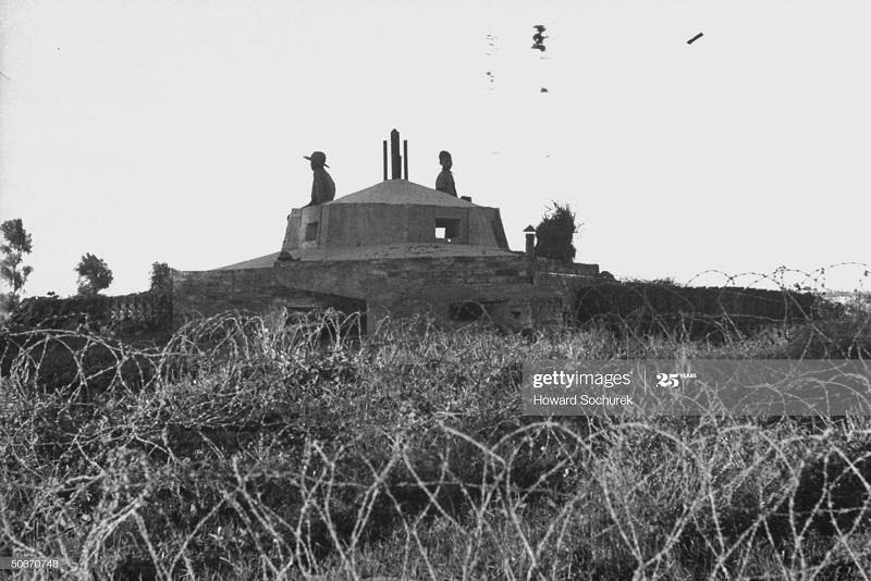Солдаты ВМ заняли фр укрепл окт 1954 Говард Сохурек.jpg