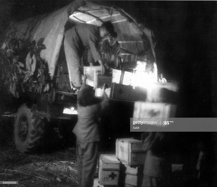 Солдаты ВМ разгр машину с мед апр в ДБФ фев 1954.jpg