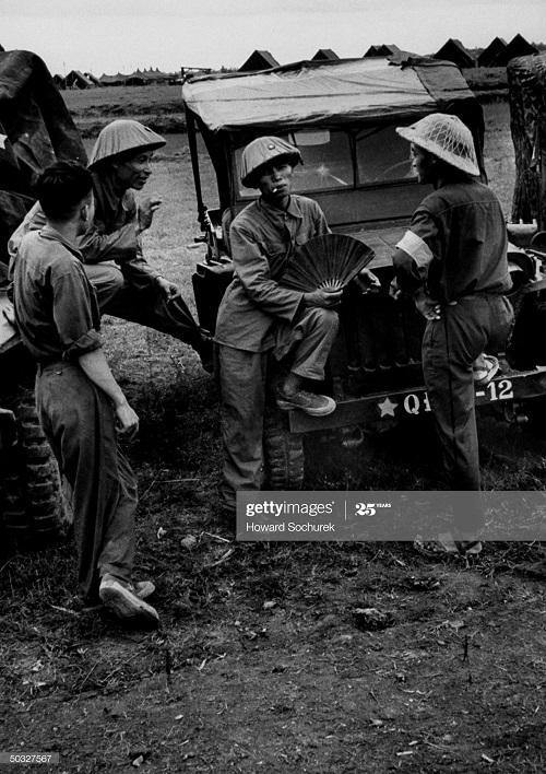 Солдаты ВМ у джипа июль 1954 Говард Сохурек.jpg