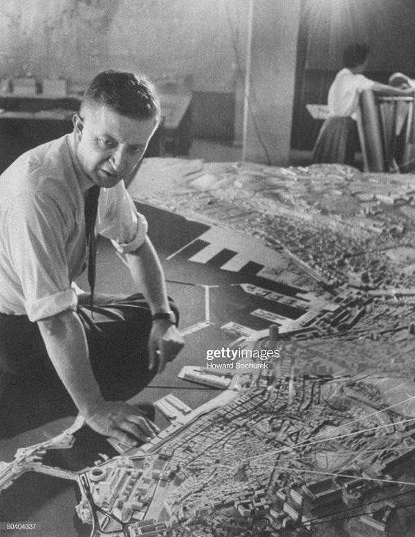 Жак Шевалье смотрит на макет города сент 1957 Сохурек.jpg