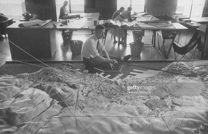 Жак Шевалье смотрит на макет города сент 1957 Сохурек2.jpg