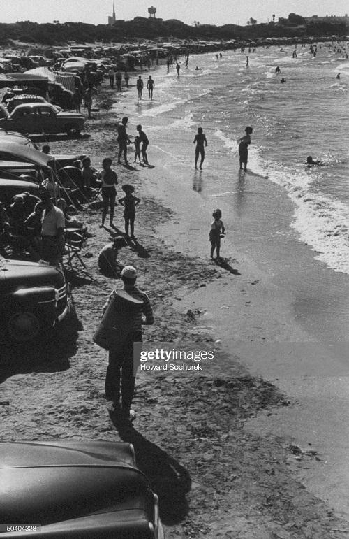 На пляже города Алжир сент 1957 Сохурек.jpg