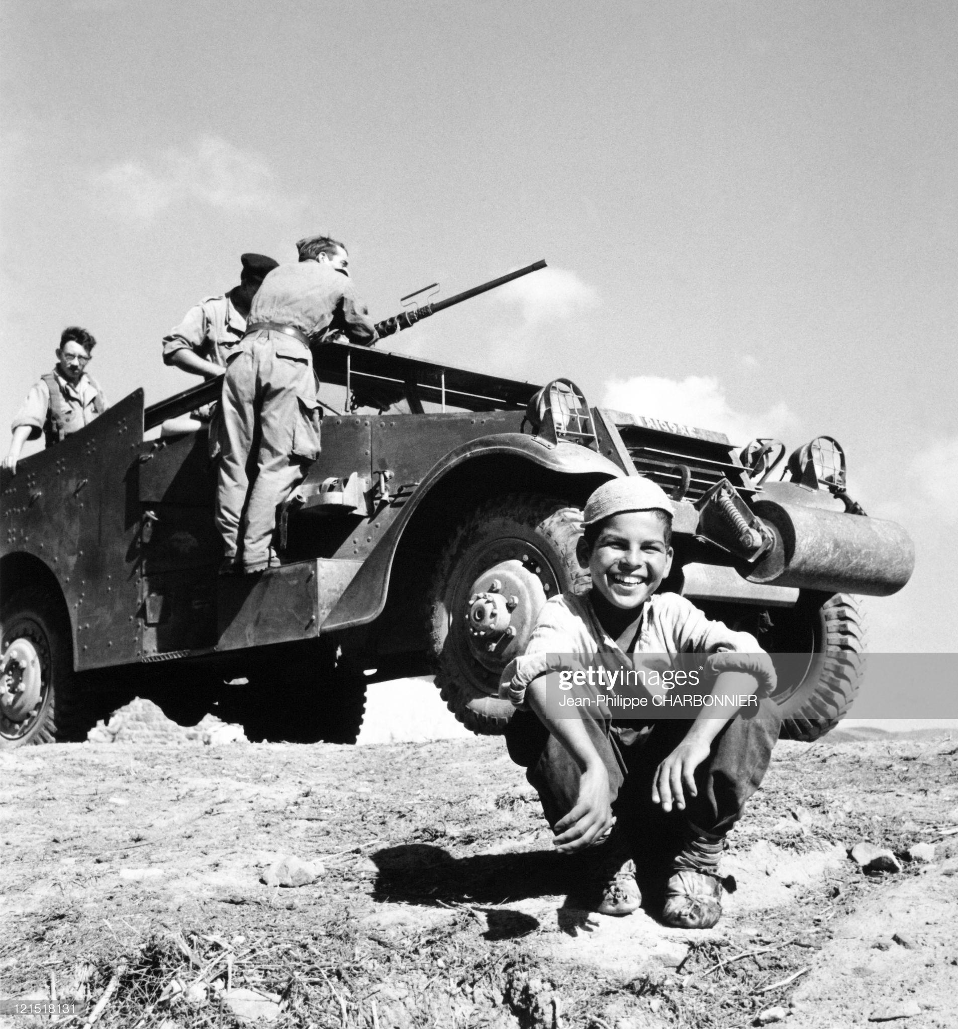 Кабилия ребенок и солдаты 1957 Шарбонье.jpg
