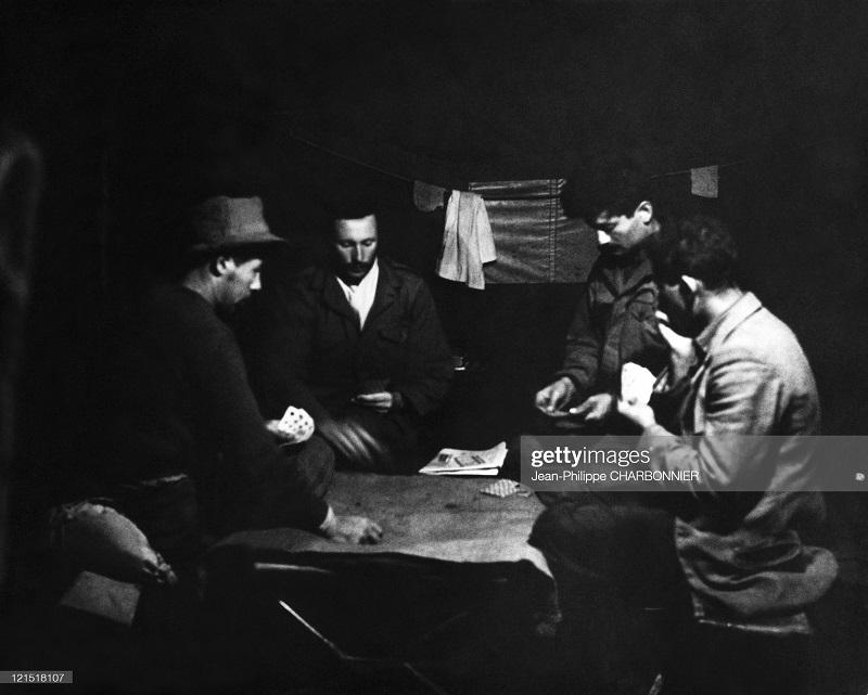 Кабилия в казарме играют в карты 1957 шарбонье.jpg
