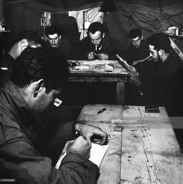 Кабилия в казарме играют в карты 1957 шарбонье2.jpg