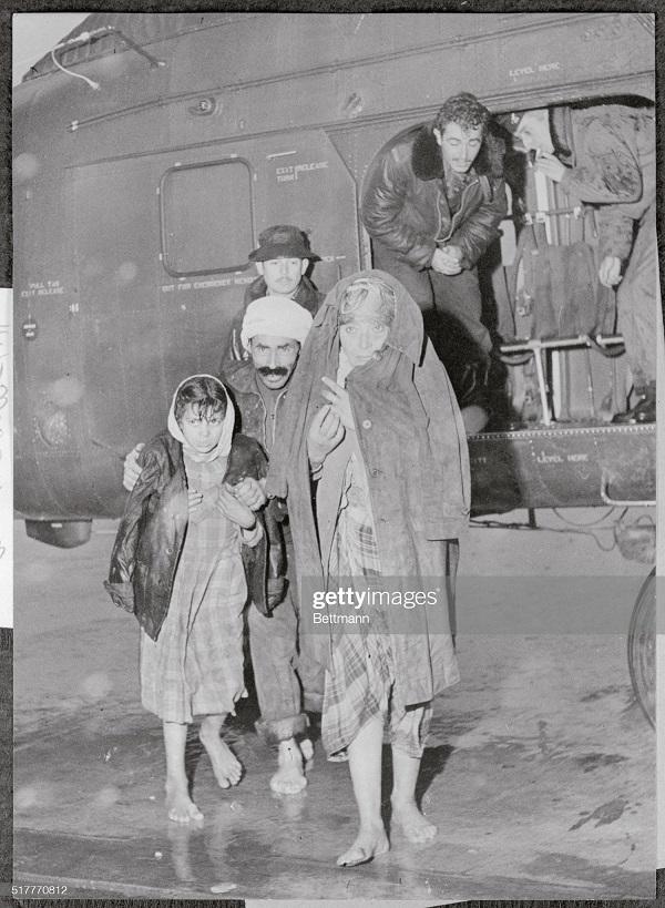 беженцы доставл после бури вертолетом в гор Алжир 20 дек 1957.jpg