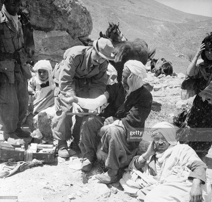 врач помогающ выжившим в мелузе 4 июня 1957.jpg