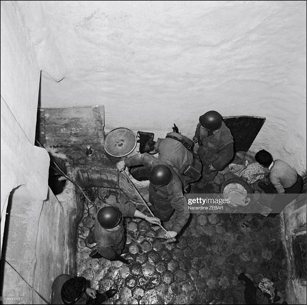 парашютисты нашли тайник в касбе июнь 1957 н зебар.jpg