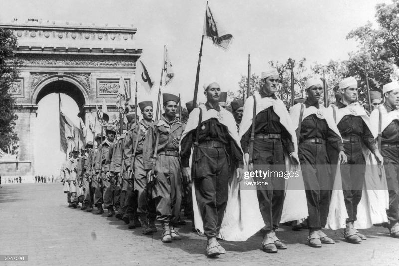 арки в париже 14 июля 1957.jpg