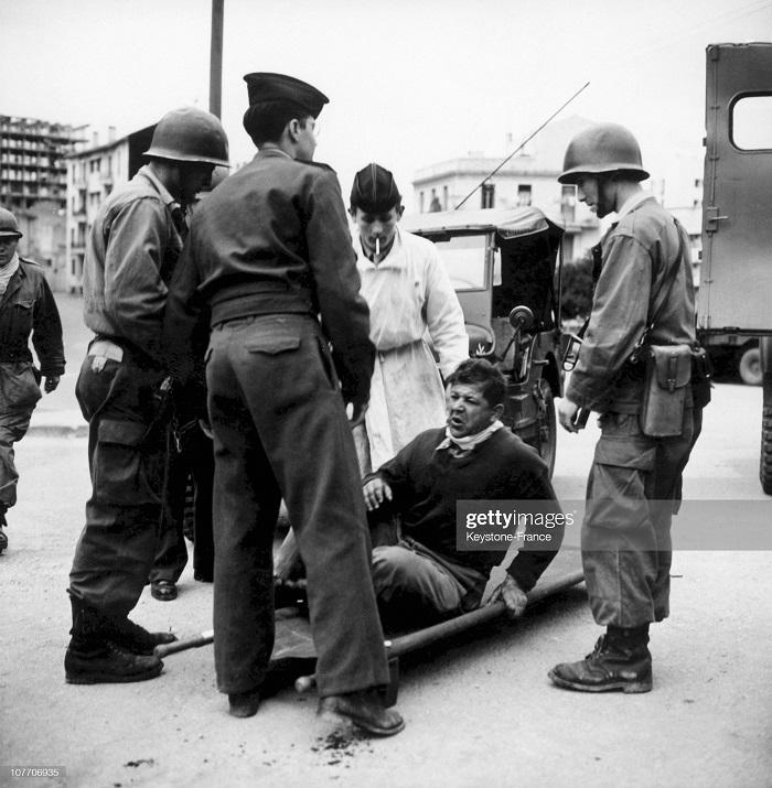 эвакуируют или арестовывают раненого 1957.jpg
