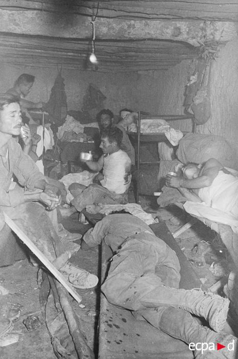 Раненые ожид помощи 25 марта 1954 Камю  Перо.jpg