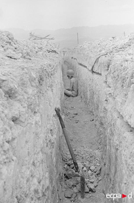 солдат в траншее 13 17 марта 1954 камю перо.jpg