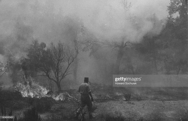 САС офицер лейт Клод Гольштейн сент 1957 инспектирует пожар.jpg